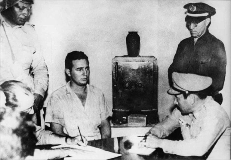 Castro, polis ve askerler tarafından, 140 kişiyle beraber federal garnizona saldırmak, suçundan sorgulanırken. Vivav Prison; Santiago, 1953.