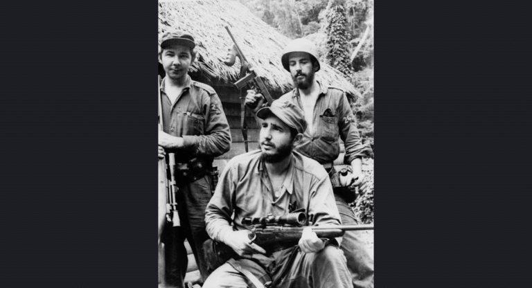Fidel, kardeşi Raul ve Camilo Cienfuegos; Küba'nın doğusundaki dağlarda operasyondayken. 14 Mart 1957