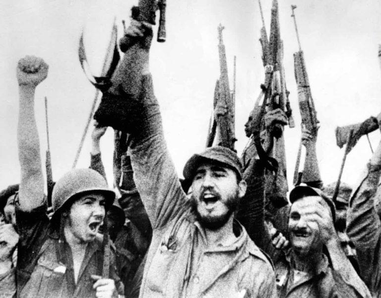 Castro, zafer kazanan birliklerin önünde.