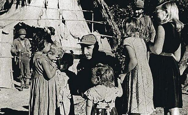 Fidel, Sierra Maestra'da çocuklarla birlikte. 1958.