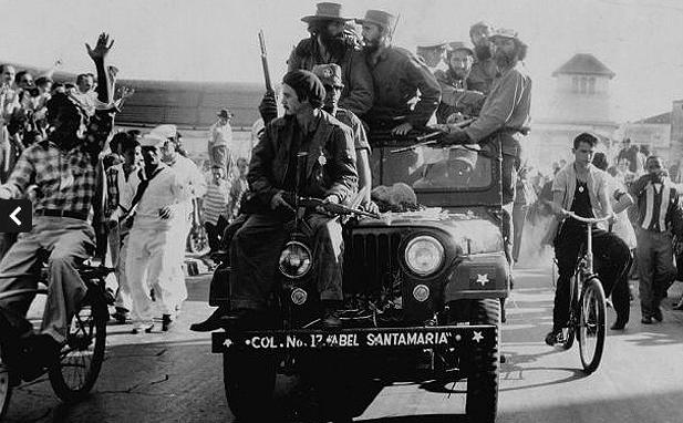 Fidel Castro ve Camilo Cienfuegos, Batista rejimi yıkıldıktan sonra Küba'nın başkentine girerken.