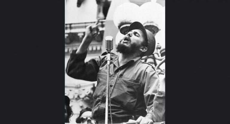 Fidel Castro, Batista rejimi düştükten sonra zaferle döndüğü Havana'da kalabalığa konuşurken. 6 Şubat 1959.