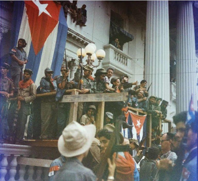 Fidel Castro, Havana'ya Zafer Yürüyüşü kapsamında derme çatma bir balkonda konuşma yapıyor. Santa Clara, 1959.