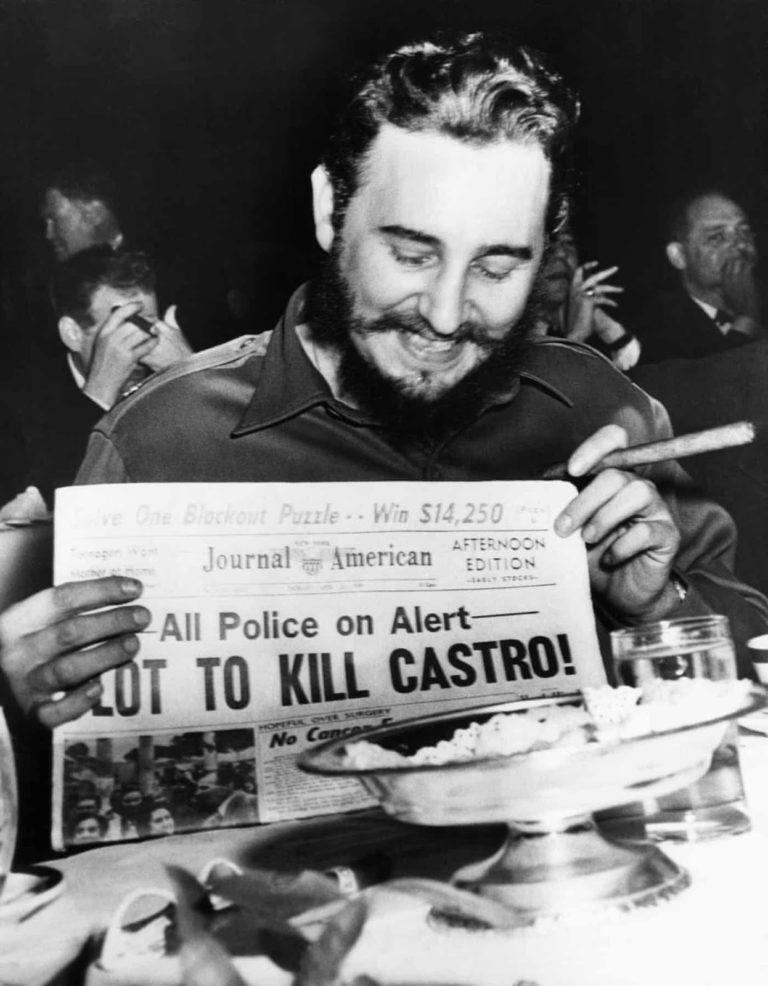 Castro, polislerin onu öldürmek için alarmda olduğu ve başına ödül konulduğunu manşet atan bir gazeteyi elinde tutarken. New York, 1959.