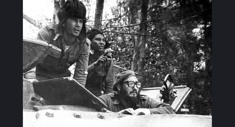 Castro, Domuzlar Körfezi Çıkarması sırasında bir tanktan dışarı bakarken. Küba, Nisan 1961.