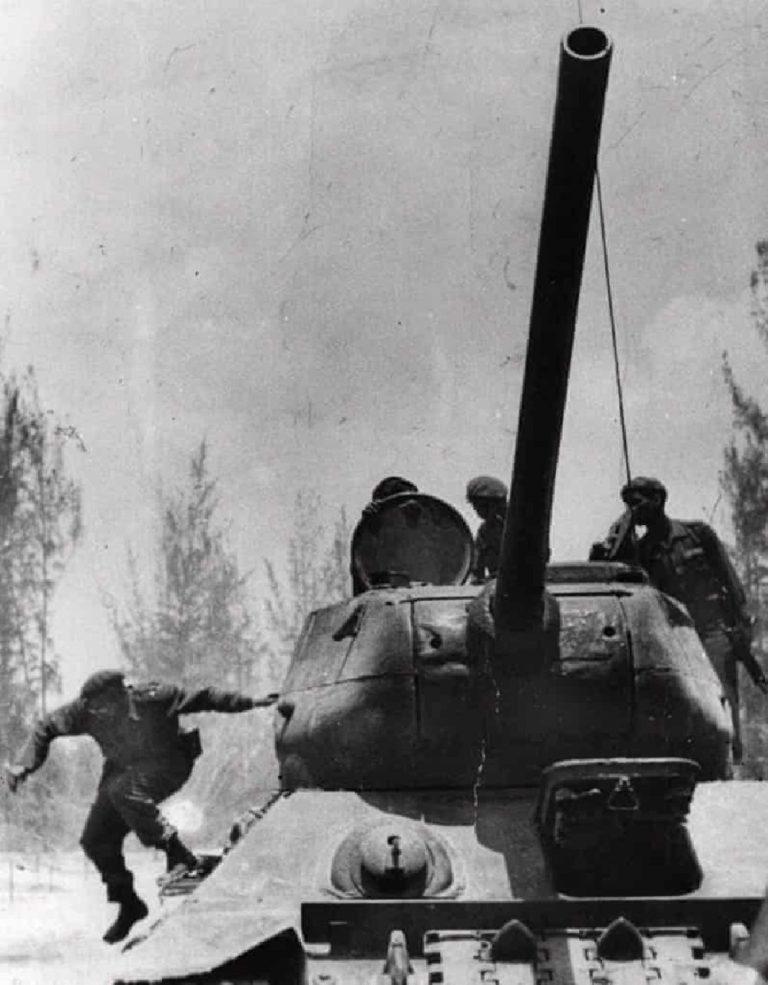 Castro, Domuzlar Körfezi yakınlarında olan Girón'a varınca tanktan atlıyor. Nisan 1961.