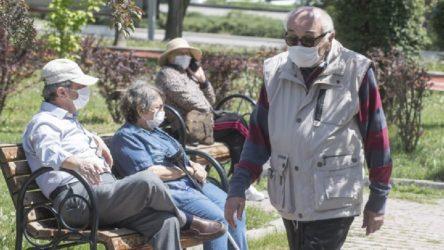 İzmir'de 65 yaş üstü vatandaşların sokağa çıkma saatleri sınırlandırıldı