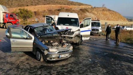 İşçi servisiyle otomobil çarpıştı: Çok sayıda yaralı var