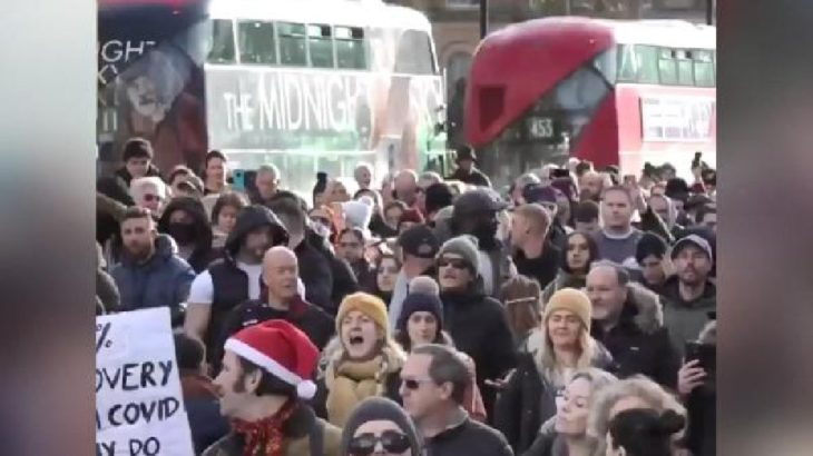İngiltere'de koronavirüs önlemlerine karşı protesto: 27 gözaltı