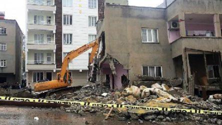 Deprem sonrasında yan yatan binanın yıkımında gerginlik