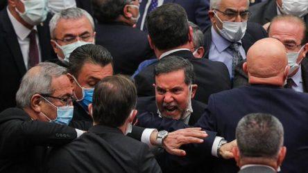 Meclis'te kavga: Vekiller birbirine girdi