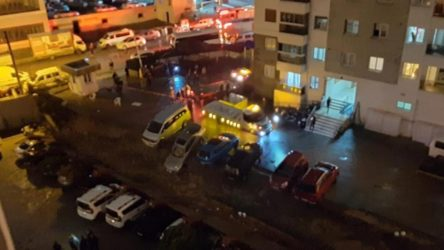 İzmir'de sağanak sonrası sitenin istinat duvarı araçların üzerine çöktü