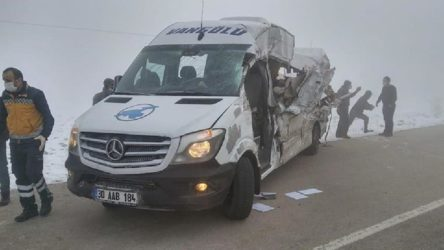 Yolcu minibüsü ile TIR çarpıştı: 4 ölü, 5 yaralı