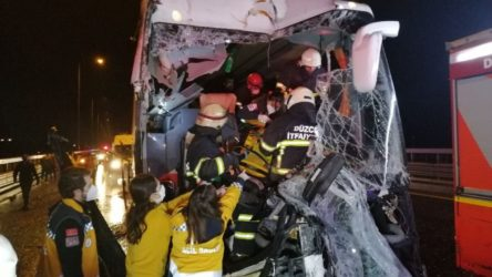 TEM otoyolunda yolcu otobüsü kamyona çarptı: 16 yaralı