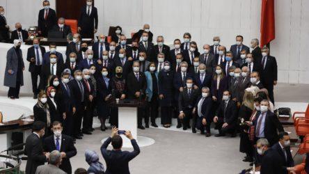 AKP'li vekiller Meclis'te sosyal mesafeyi unuttu: Korona yokmuş gibi çek