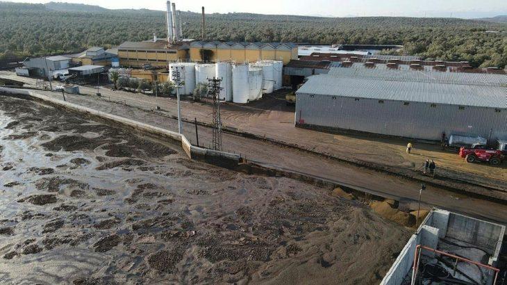 Ayvalıkta fabrikadan çıkan 4 ton atık, duvarın yıkılmasıyla çevreye yayıldı