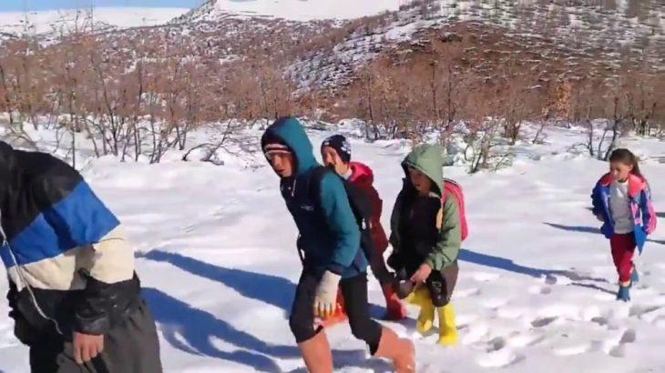Çocuklar EBA'ya girebilmek için soğukta saatlerce yürüyor