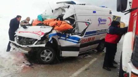 Tır ile ambulans çarpıştı: Hemşire hayatını kaybetti