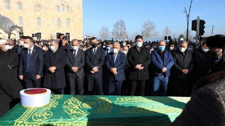 'Hoca' olarak bilinen din görevlisinin cenazesinde sosyal mesafe hiçe sayıldı!