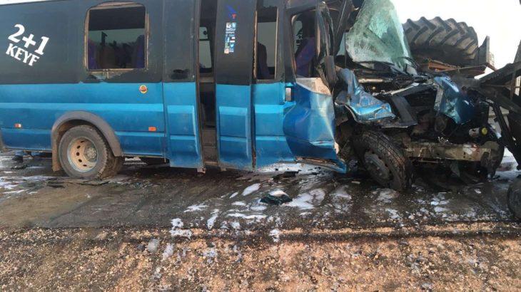 Batman'da işçileri taşıyan minibüs traktörle çarpıştı: 1'i ağır 15 yaralı
