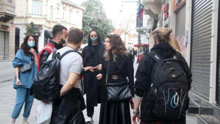 İstiklal Caddesi'nde sigara içen turistler yasağı ihlal gerekçesiyle polis merkezine götürüldü