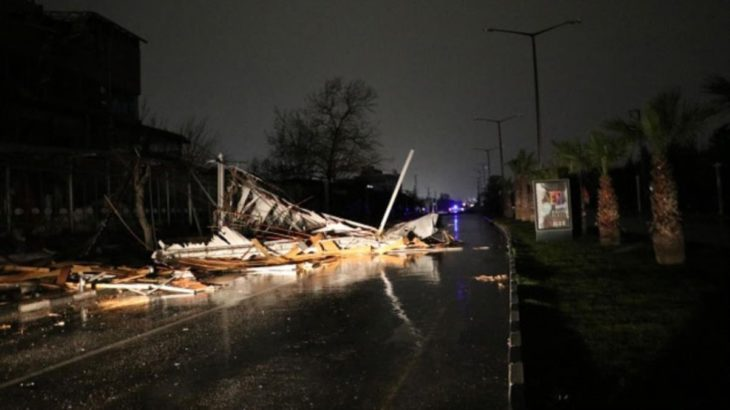 Manisa'da fırtına çatıları uçurdu, elektrik iletim hatları koptu