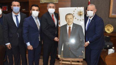 Menemen'de AKP'nin ilk icraatı: Erdoğan'ın fotoğrafını belediyeye getirdiler, top atışı yaptılar