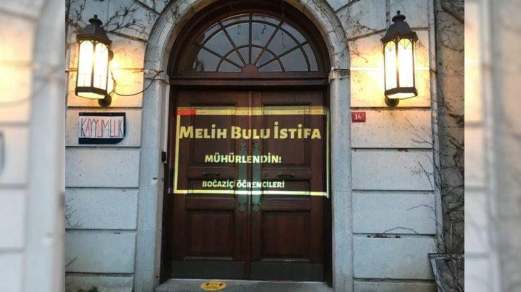 Boğaziçi Üniversitesi öğrencilerinden yeni eylem: Rektörlük binasına istifa yazısı yansıttılar