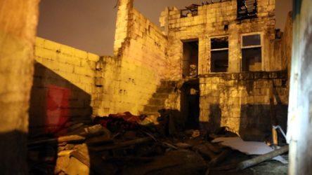 Antep'te 2 katlı bina çöktü: Anne ve 3 çocuğu enkaz altında kaldı