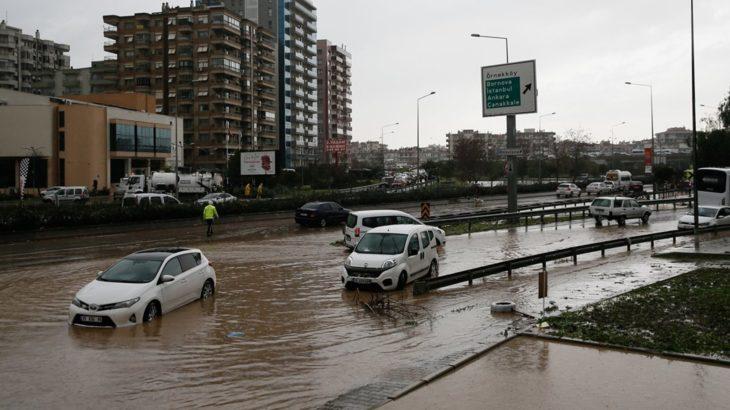 İzmir'deki selde hayatını kaybedenlerin sayısı ikiye yükseldi