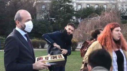 Pişkinlikte sınır yok: Melih Bulu'nun arkadaşından öğrencilere çikolata servisi!
