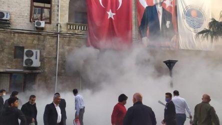 Mersin Büyükşehir Belediyesi'ne saldırı: Meclis salonu yandı