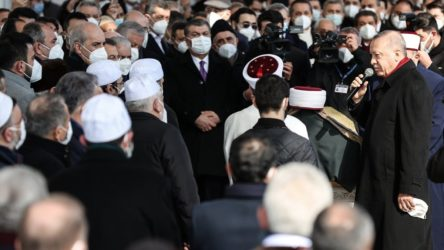 Muhammed Emin Saraç'ın cenazesine katılan Fahrettin Koca'nın fotoğrafı tepki topluyor