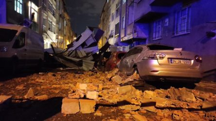 İstanbul'da şiddetli fırtına: Birçok bölgede çatılar uçtu