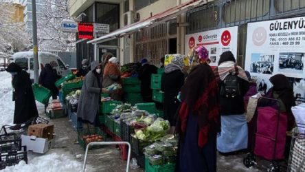 'Yardım' derneği tarafından satılan çürük ürünleri alabilmek için yurttaşlar sıra bekliyor!