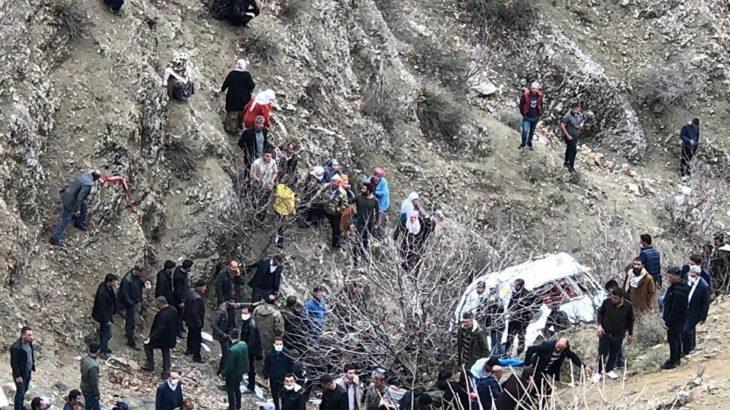 Öğrencileri ve işçileri taşıyan servis devrildi: 2 ölü, 27 yaralı