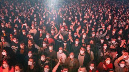 İspanya'da sosyal mesafesiz ilk konser gerçekleşti