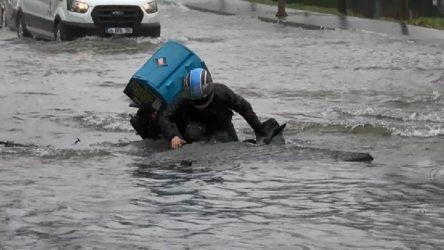 İstanbul'da su borusu patladı: Motokurye açılan çukura düştü