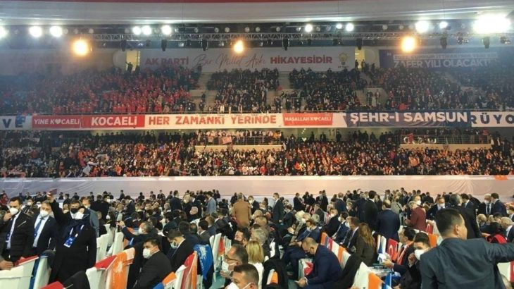 AKP'li Özkan kongreyi böyle savundu: Yatay çekimden ötürü alan dar olarak görünüyor ve kalabalık iç içe geçmiş gibi yansıyor