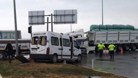 İşçileri taşıyan minibüs ile tır çarpıştı: 8 yaralı