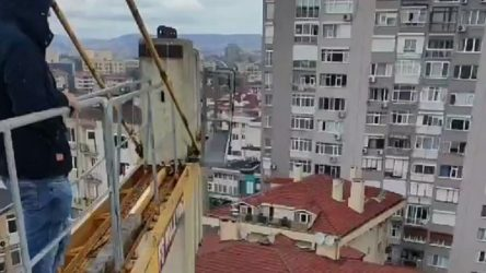 4 aydır ücretleri eksik yatırılan inşaat işçileri, vinci işgal ederek eylem başlattı