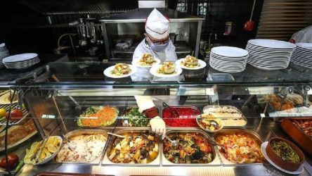 Bilim Kurulu Üyesi suçu yurttaşların üzerine attı: Yemek esnasında maske çıkarıldığı için risk artıyor