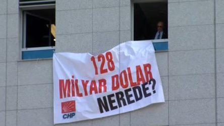Cumhurbaşkanı'na hakaret sayılan '128 milyar dolar nerede' afişi Meclis'e asıldı!
