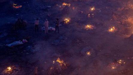 Hindistan'da koronavirüs nedeniyle hayatını kaybedenler boş arazilerde yakılıyor