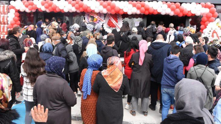 Tedbirsizliğin değil, yoksulluğun fotoğrafı: Market açılışında 'indirim' izdihamı