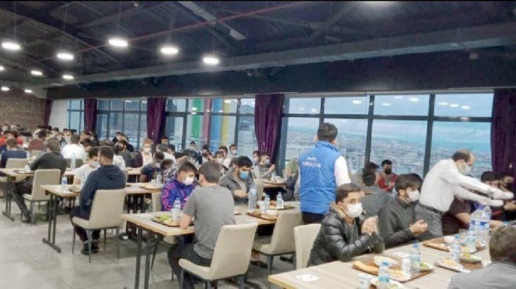 Müftülüğe yasak yok: Yüzlerce öğrenciyle iftar yemeği