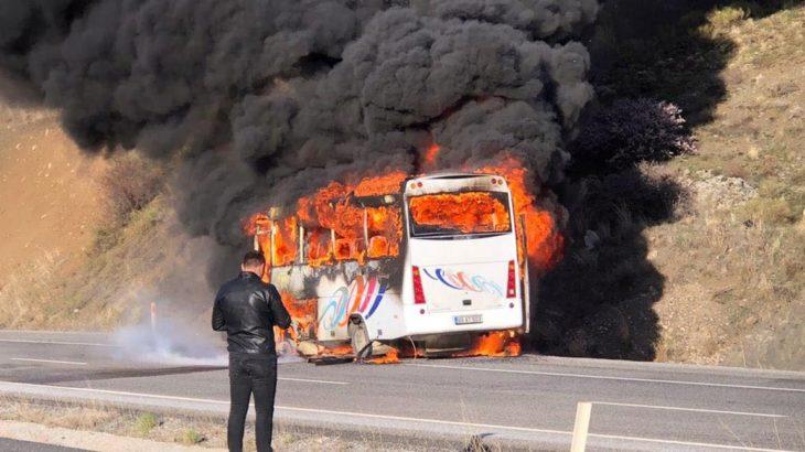 Fabrika işçilerini taşıyan serviste yangın çıktı