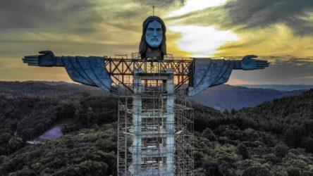 Yoğun koronavirüs salgını olan Brezilya'da dev heykelin yapımı sürüyor