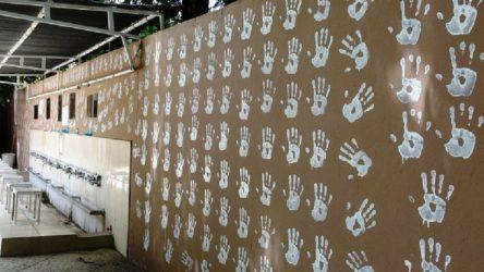 Cami duvarını el izi deseniyle boyadı diye gözaltına alındı