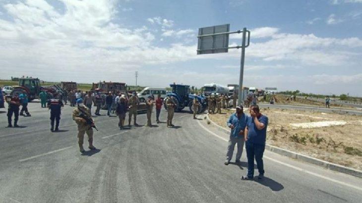 Konya'da çiftçiler traktörlerle yol kapattı